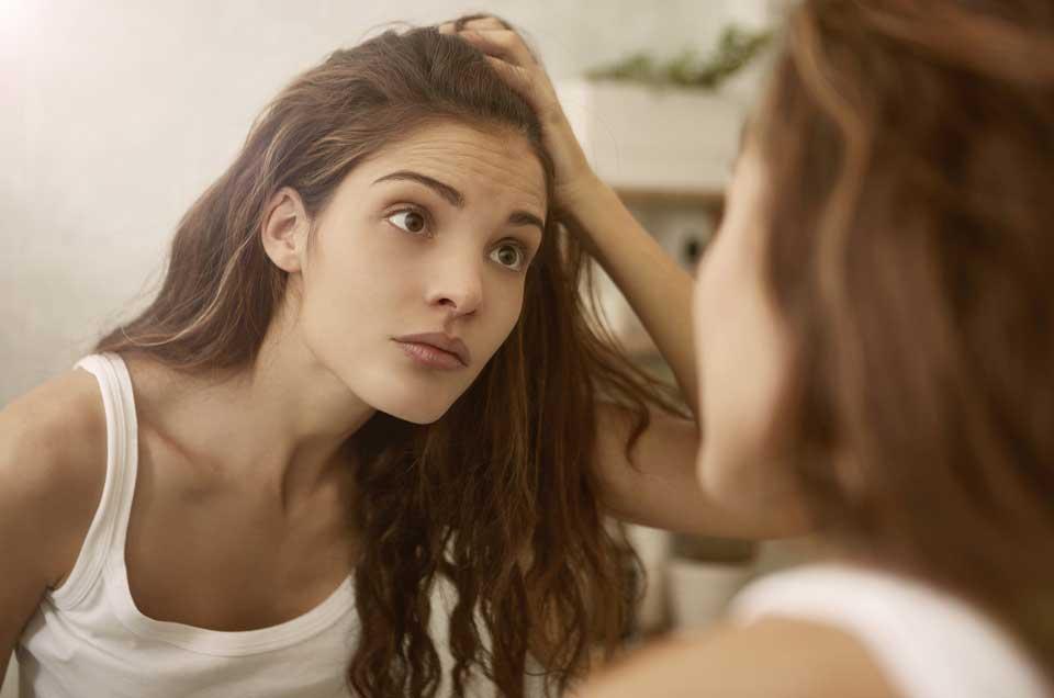 बालों का समय से पहले पकना रोकने के लिए अपनाएँ यह आयुर्वेदिक विधियाँ