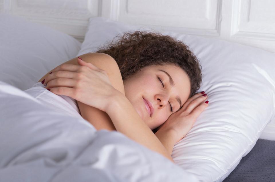 इन पाँच स्वास्थ फ़ायदों के लिए बायीं तऱफ होकर सोयें।