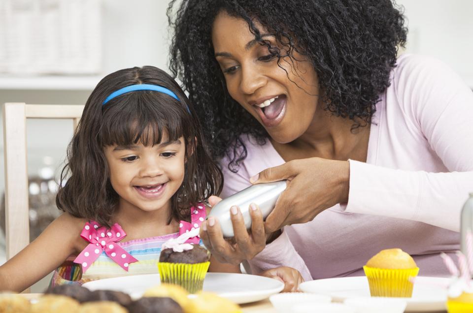 क्या आपका बच्चा बोर हो रहा है? जानिए, कैसे आप उन्हें आगे बढ़ने के कामों में लगा सकते हैं।