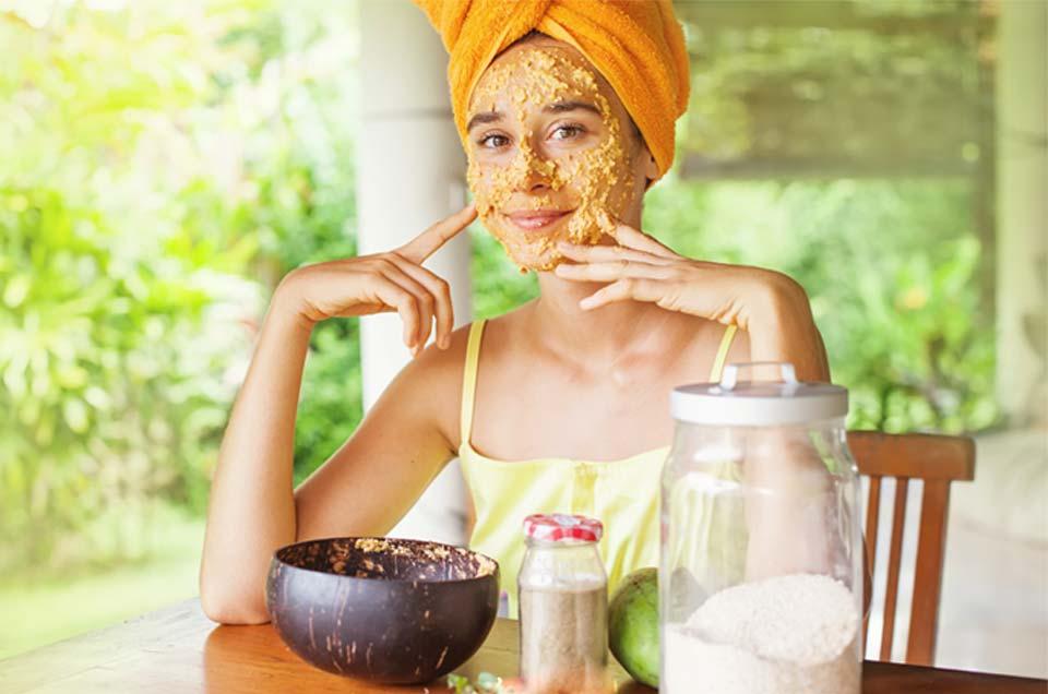 गर्मियों की धूप में त्वचा को काला होने से बचाने के 3 घरेलू उपाय